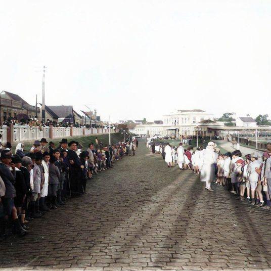 ESTAÇÃO ROXO DE RODRIGUES, CHEGADA DE AUTORIDADE - APROX. 1914 - FOTOGRAFIA DE LUIZ PEDRO BIANCHI - ACERVO CASA DA MEMÓRIA - COLORIZADA POR JOÃO EDILSON LOPES