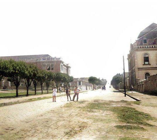 Rua Bonifácio Vilela, Praça Barão do Rio Branco e Colégio Regente Feijó à esq. e Colégio Santana (mais tarde Colégio São Luiz) à dir. - 1928 - Colorizada por João Edilson Lopes