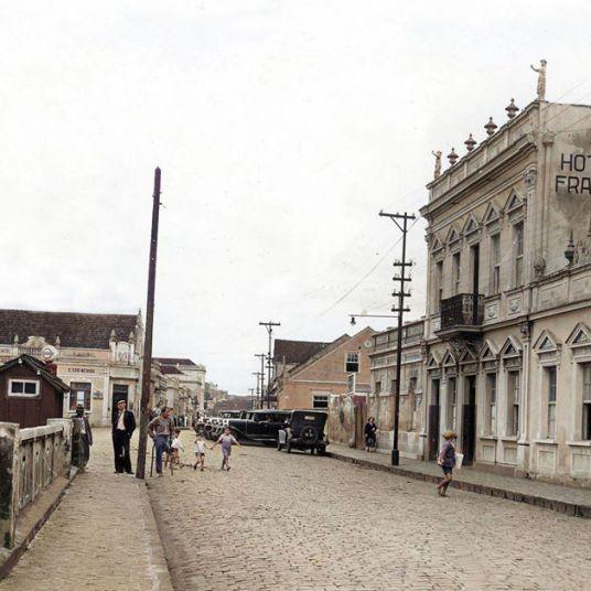 RUA FERNANDES PINHEIRO - APROX. 1934 - AUTOR E ACERVO DESCONHECIDO - COLORIZADA POR JOÃO EDILSON LOPES