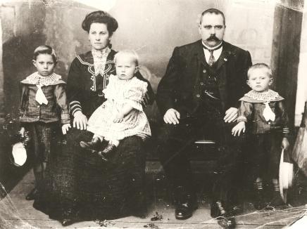 Alberto Suckow, sua esposa Amanda Suckow e seus filhos - a direita Albino, Arnaldo.