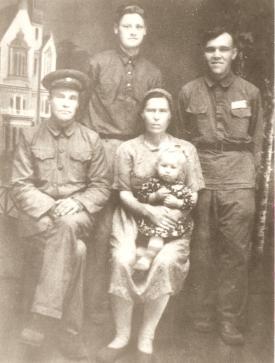 Ana e Alex Ovchinicow, com Ekaterina Ivanoff no colo. Seus sobrinhos, Pedro e Anton, 1948.