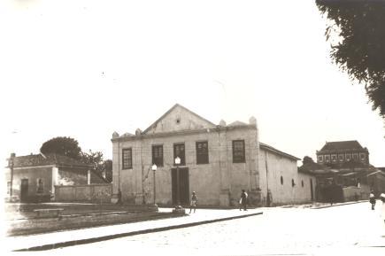 Antiga Igreja do Rosário (no fundo Prédio do Colégio Sant'Ana.