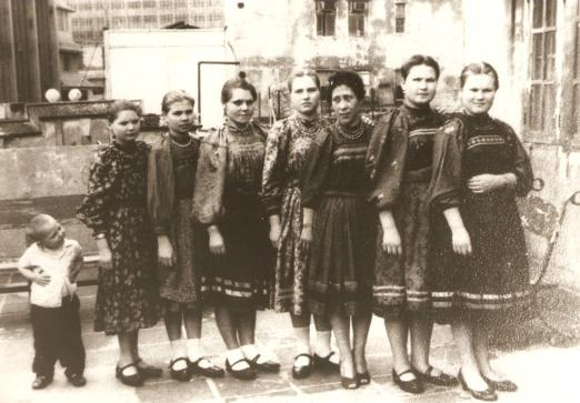 Arina, Barbara, Ekaterina, Maria, Agafia, Nastácia, Vassa e Iacov.