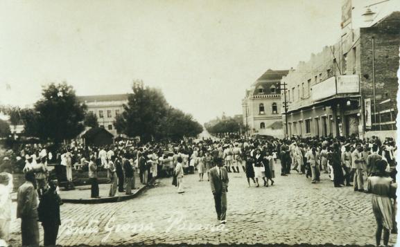Av. Bonifácio Vilela à esq. Praça Barão do Rio Branco, à dir. Cine Império e o Col. São Luiz.