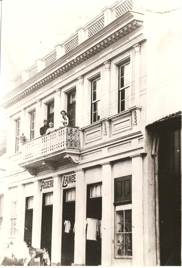 Casa Frederico Lange ao lado da atual Joalheria Gravina (1931).