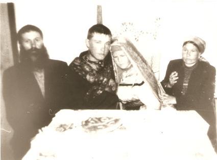 Casamento realizado na Colônia de Pau Furado, o casal de noivos, os demais são Ivan e Ekaterina Ivanoff - 1980.