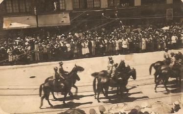 Cavalaria de recepção de Getúlio Vargas - Praça Munhoz da Rocha - 1930.