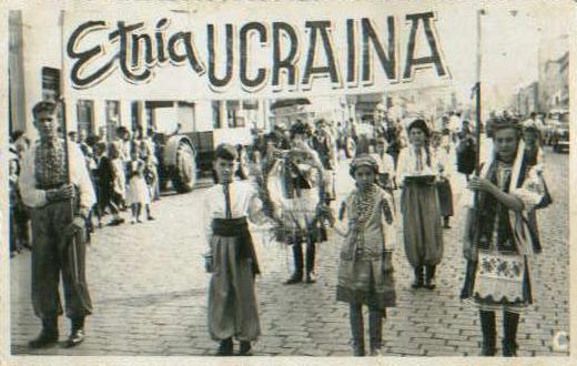 Desfile de imigrantes ucranianos.