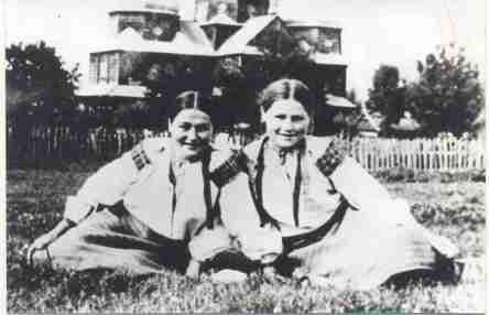 Dona Wasselena e sua amiga, foto tirada na Ucrânia. (Apróx. 1940)