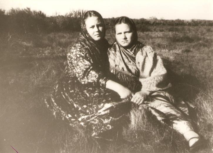 Ekaterina Ivanoff e sua amiga Agafia Kolagin. Colonia de Santa Cruz.