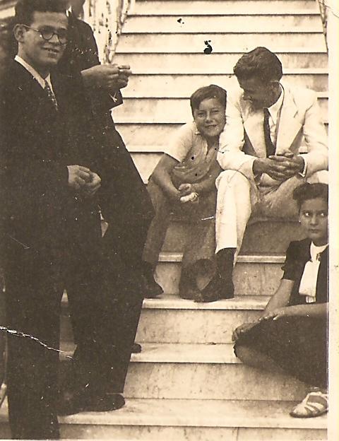Escadaria principal da Mansão Villa Hilda. Francisco Rodolfo Thielen, Alexandre Aracema, um visitante e Ligia Guimarães. 1931.