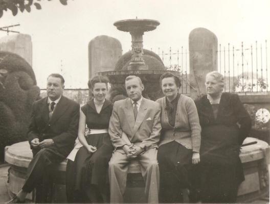 Famíla Thielen nos jardins da mansão Villa Hilda - 1.Alberto 2.Laura 3.Rodolfo 4.Ida 5.Ema Schust Thielen.