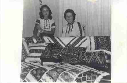 Foto de dona Wasselena em companhia de sua filha. Amostra de bordados ucranianos exposto em sua residência. Ronda - Ponta Grossa