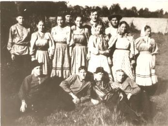 Foto tirada na Col de Pau Furado, Teixeira Soares. Jovens Filhos de colonos russos vindos da China no final da déc de 50.