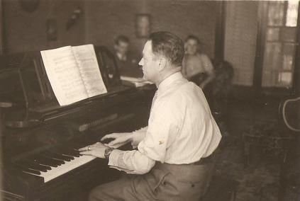 Sala de pesquisa - Alberto Thielen diante do Piano. 1940.