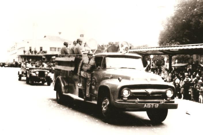 Desfile na Avenida Vicente Machado, ao fundo S.A Zacarias (atual Bradesco).