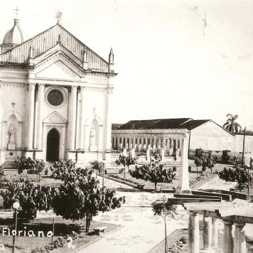 Praça Floriano Peixoto – Antiga Catedral Sant'Ana – Ao lado direito casa do Juca Pedro e ao lado esq. casa paroquial.